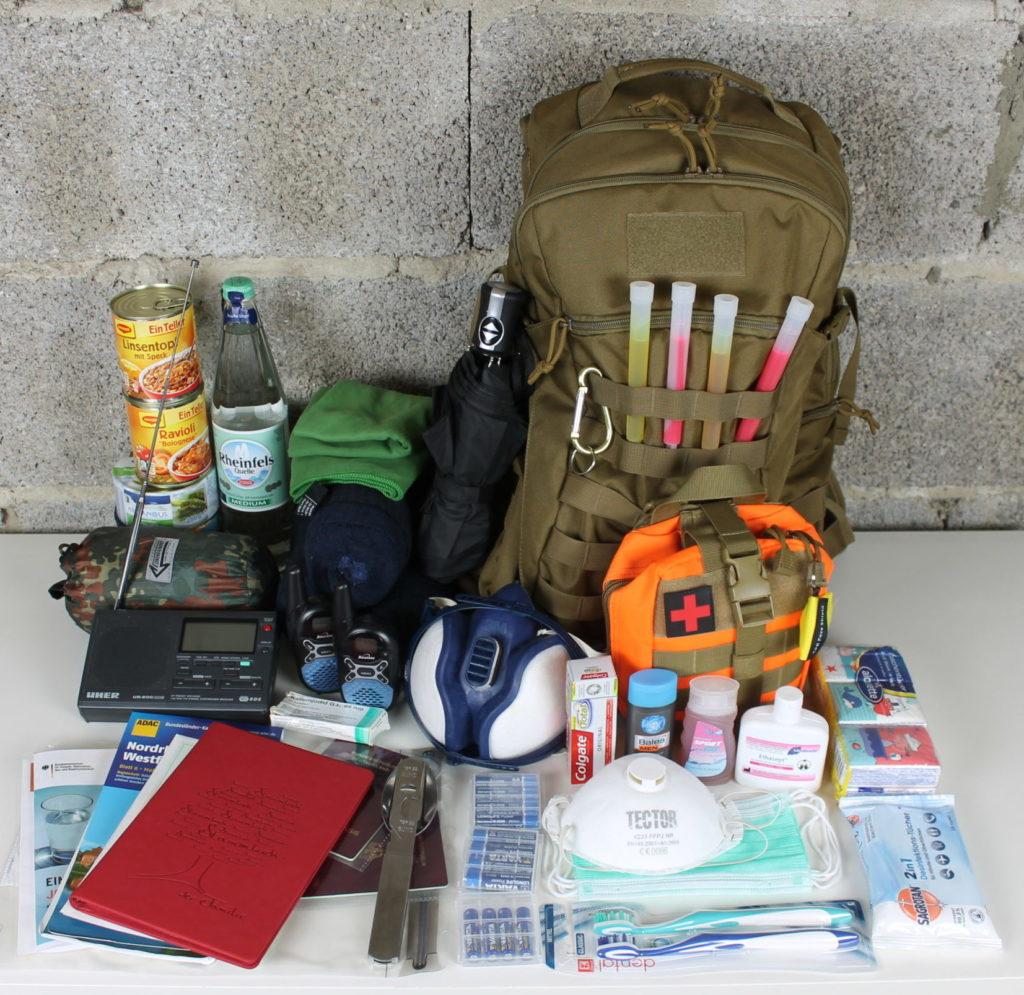 Gegenstände aus der Fluchtrucksack Packliste ausgepackt in der Übersicht