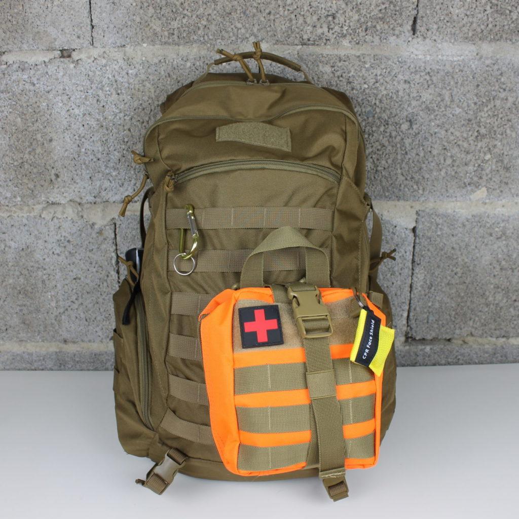 Ein gepackter Fluchtrucksack mit Erste Hilfe Set